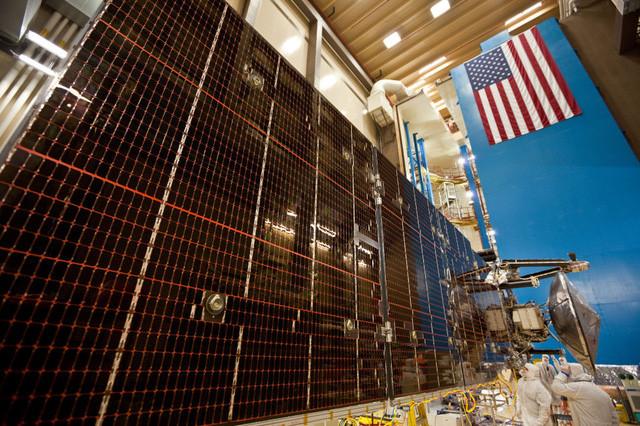 Tấm pin năng lượng Mặt Trời của Juno có kích thước bằng cả sân bóng rổ.