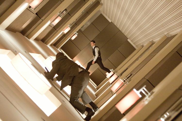 Một phân cảnh mô tả những mảng ký ức hỗn độn giữa thực và ảo trong phim Inception.