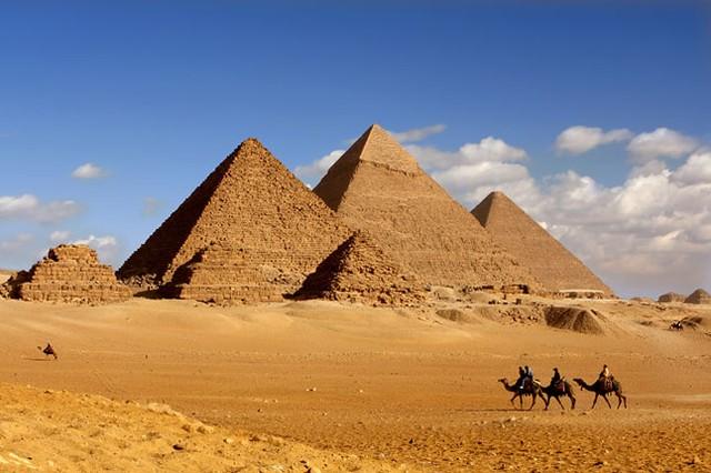 Kim tự tháp và khu lăng mộ Giza.