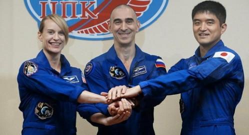 Nữ phi hành gia Mỹ Kathleen Rubins cùng các đồng nghiệp Nga (giữa) và Nhật Bản.
