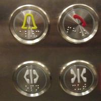 Nút bấm trên thang máy có những vân nổi để làm gì?