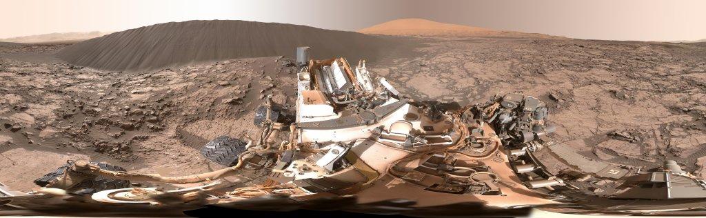 """Bức ảnh được chụp tại khu vực có tên là """"Namib Dune"""", một đụn cát đen nằm ở phía tây bắc ngọn núi Mount Sharp - nơi từng được tập trung nghiên cứu nhằm tìm kiếm dấu hiệu hỗ trợ sự sống vi sinh."""