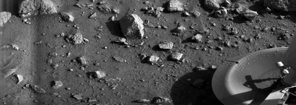 Tàu Viking 1 của NASA đổ bộ lên sao Hỏa vào năm 1975. Đây là vật thể đầu tiên hạ cánh thành công xuống bề mặt sao Hỏa. Đây là hình ảnh đầu tiên mà tàu Viking 1 ghi lại được