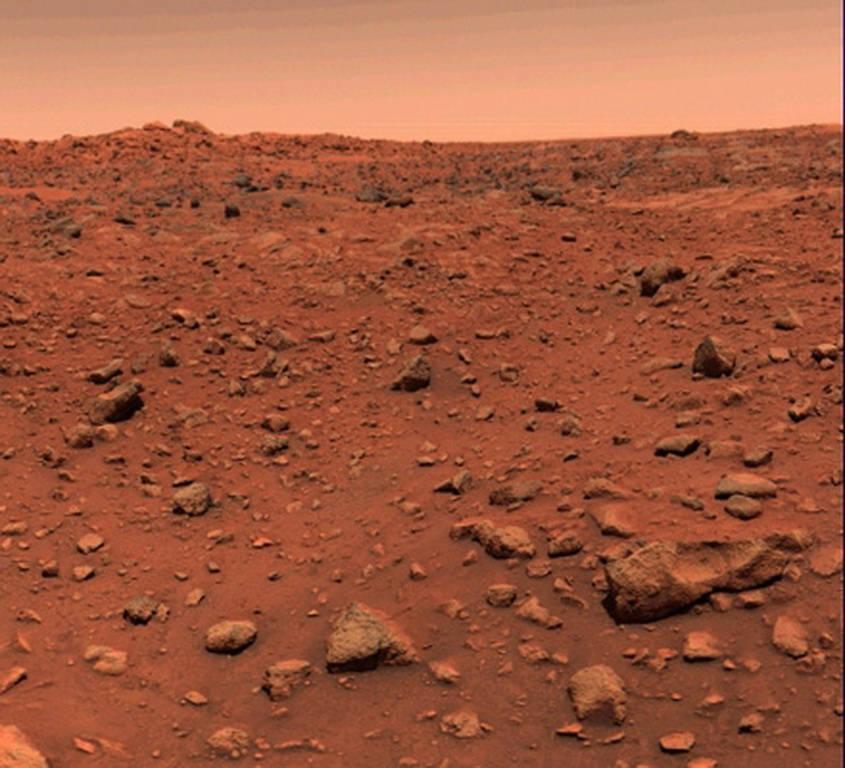 """Viking 1 đã ghi lại hình ảnh màu đầu tiên trên bề mặt sao Hỏa chỉ một ngày sau khi nó hạ cánh. Từ bức ảnh này, các nhà khoa học đã thừa nhận giả thuyết """"Sao Hỏa có màu đỏ"""" trước đây của mình là đúng"""