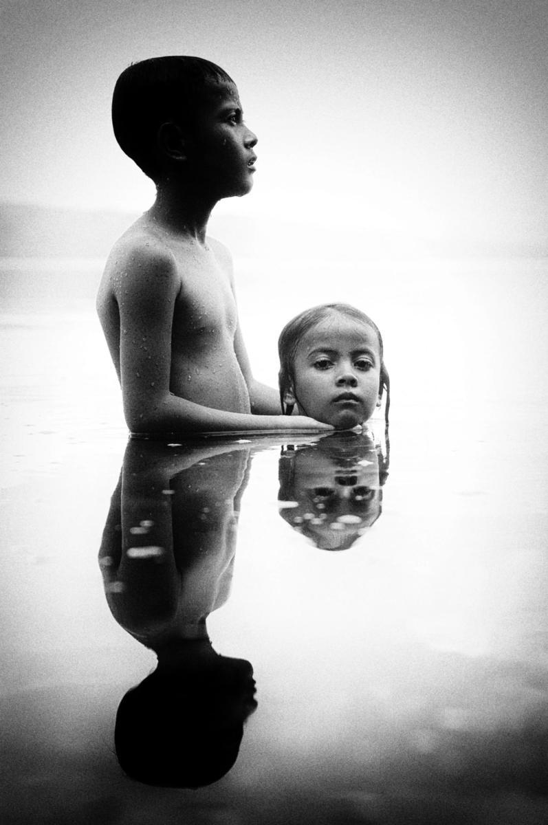 Hai anh em Ridzki và Fira cùng nhau tắm trong hồ Singkarak