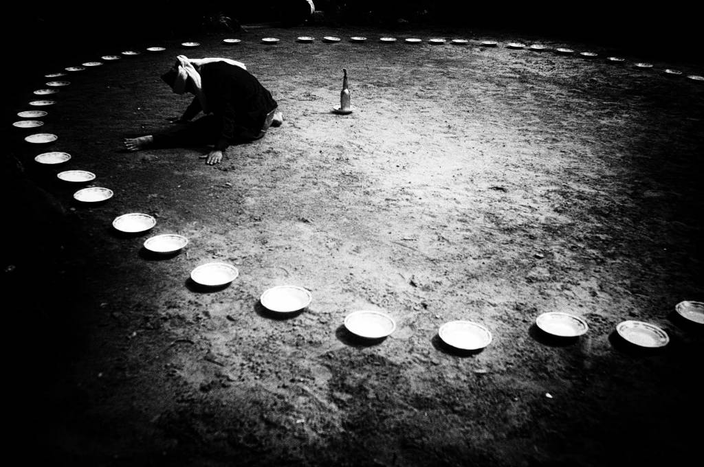Một thầy tế thực hiện nghi lễ truyền thống.