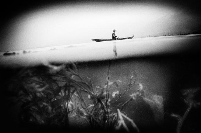 Người đàn ông đánh cá bên hồ Singkarak.