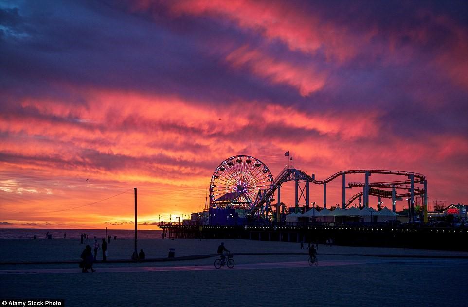 Khi hoàng hôn buông xuống trên bãi biển Santa Monica, California, Mỹ