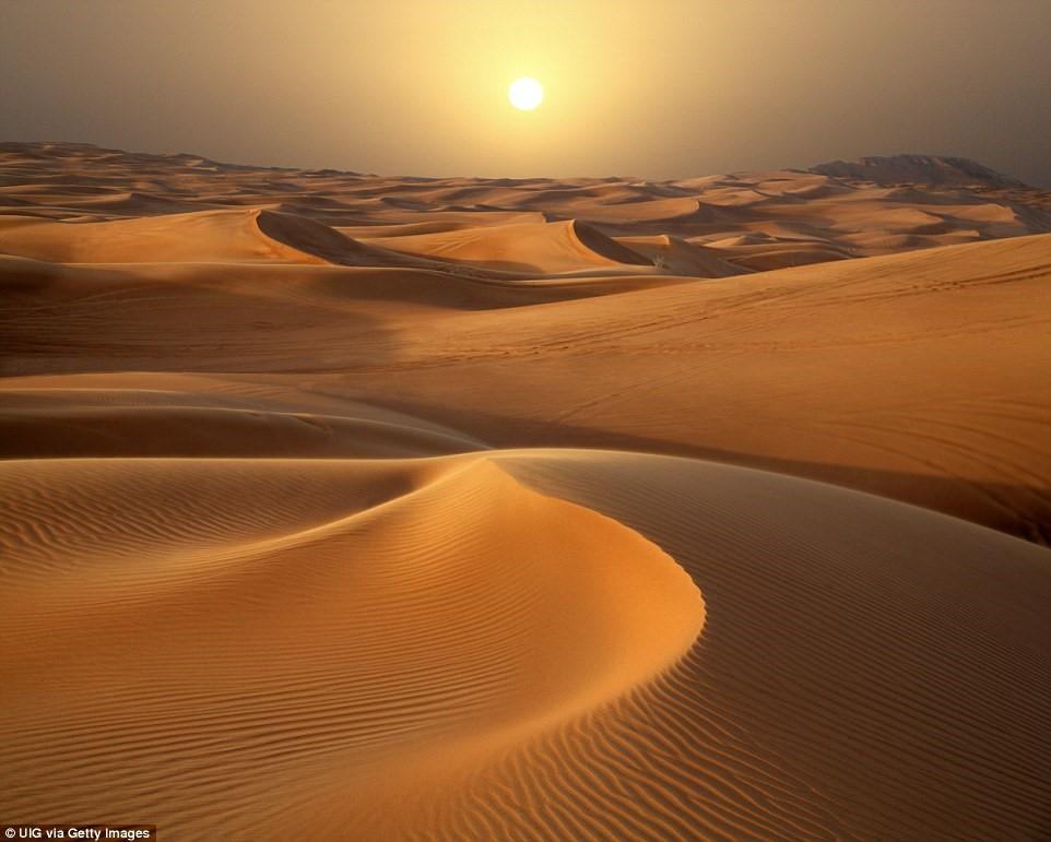 Nếu tới Dubai, đừng quên đăng ký tour tham quan sa mạc lúc hoàng hôn.