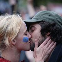 Hôn nhau có thể làm lây nhiễm virus gây vô sinh?
