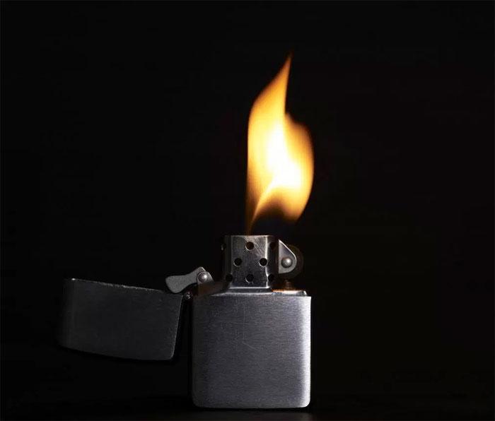 Bật lửa là vật dụng tuyệt đối không được cho vào cốp xe.
