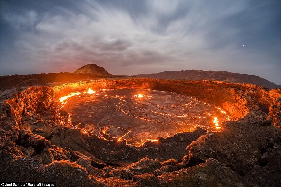 Cửa Địa Ngục, một trong những hồ nham thạch cháy liên tục lâu đời nhất thế giới