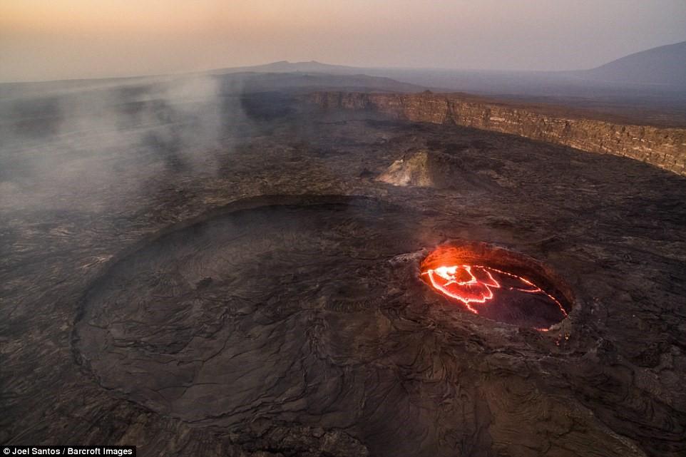 Erta Ale là một núi lửa bazan hình khiên.