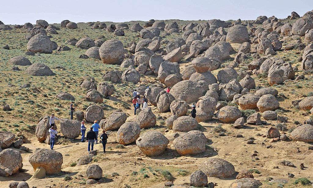 Nhiều khách du lịch tò mò tìm đến vùng đất này đển tận mắt nhìn thấy những khối đá kỳ dị