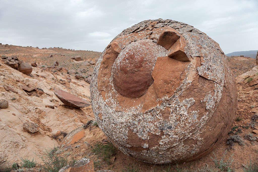 Có hàng ngàn khối cầu đá to lớn như thế này nằm rải rác khắp một vùng thảo nguyên rộng lớn.