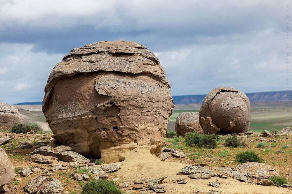 Trong khi đó lại có những khối đá bị bóc tách lớp vỏ, trông như một cây nấm.