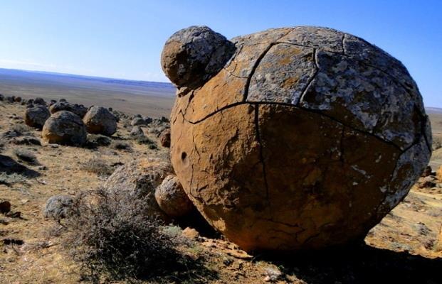những quả cầu đá này là kết quả của hiện tượng kết tủa khoáng chất.