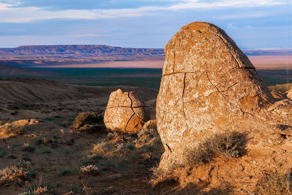 Bên cạnh những khối đá, cảnh sắc nơi đây cũng đem đến cho người ta cảm giác mới lạ...