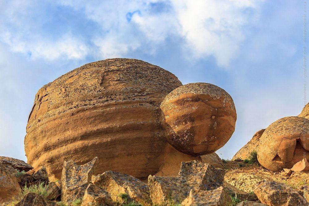 Hai khối đá dính liền nhau trong như một con rùa khổng lồ.