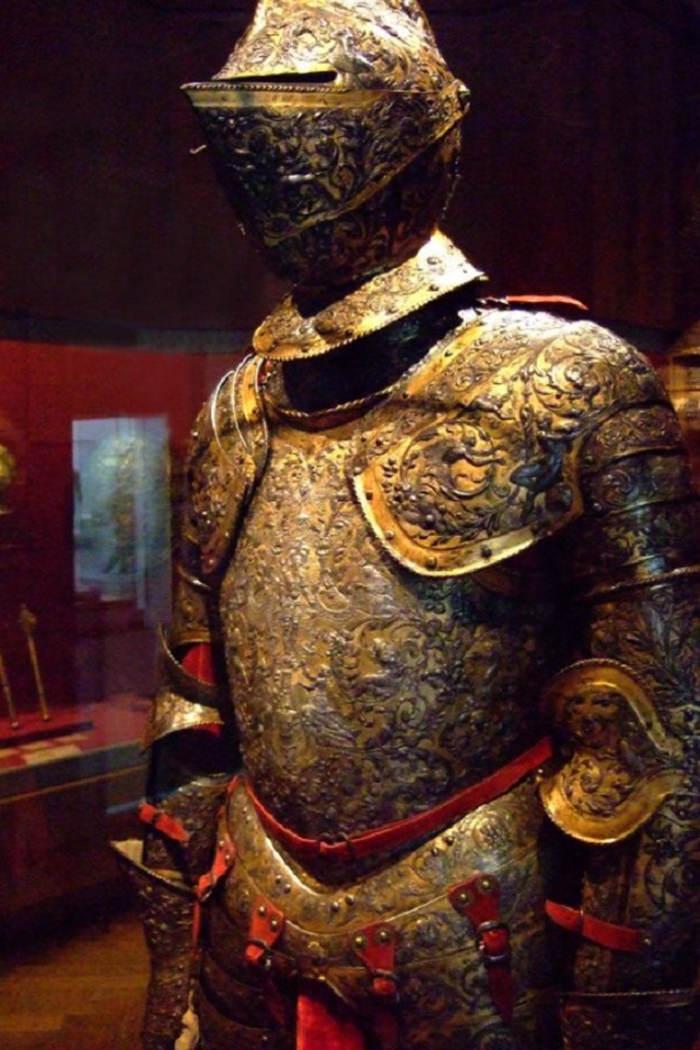 Bộ áo giáp của vua Henry II nổi tiếng nước Pháp. Những hoa văn trên bộ giáp này được chế tác vô cùng tinh xảo.