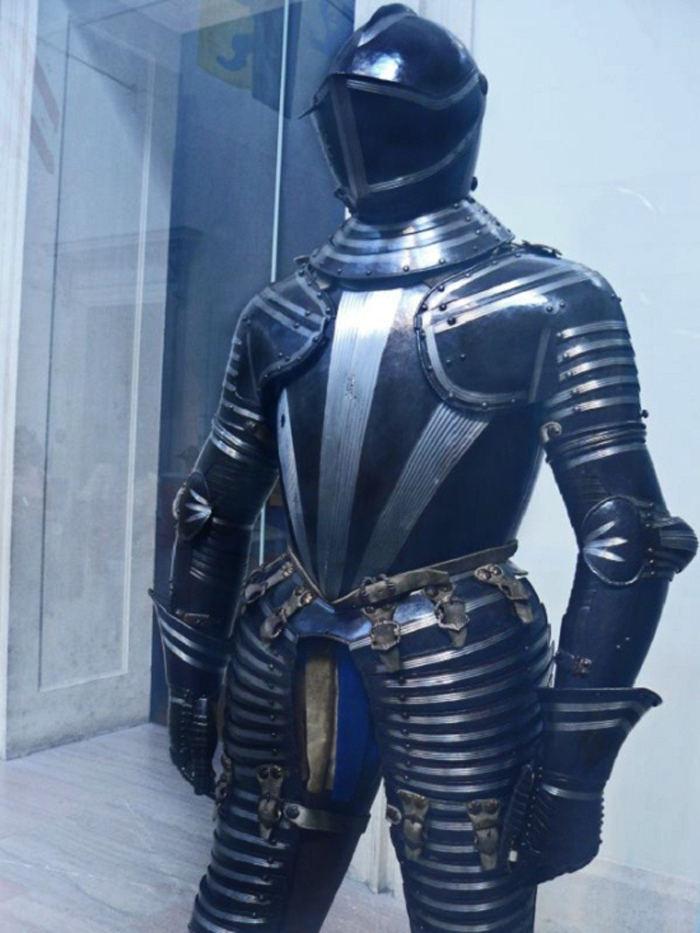 Bộ áo giáp kín mít từ đầu đến chân của Italy được trưng bày trong bảo tàng.