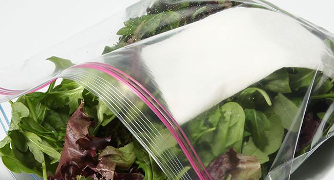Hãy đặt một tờ giấy ăn bên dưới hộp đựng hay bên trong túi để hút bớt nước, giúp rau tươi và để được lâu hơn.