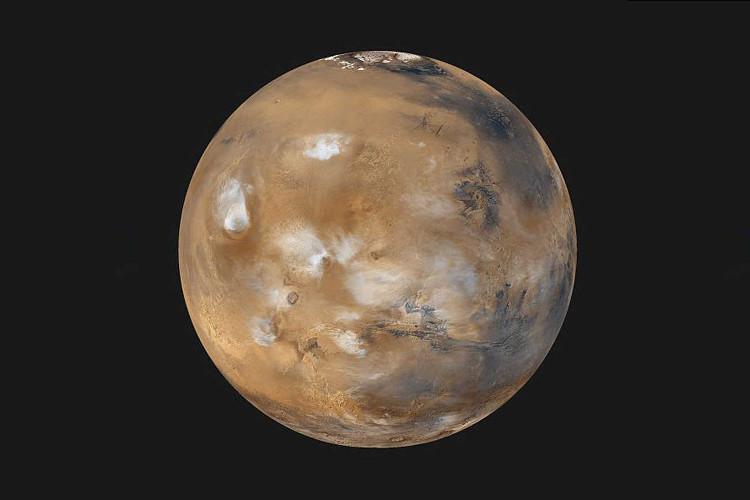Sao Hỏa không có một Mặt Trăng như Trái Đất, do đó không có bất kỳ lực tác động nào khác lên độ nghiêng trục quay của nó.