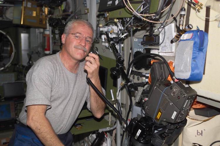 John Phillips đã bắt đầu gặp vấn đề về thị giác trong suốt thời gian trên Trạm vũ trụ quốc tế năm 2005