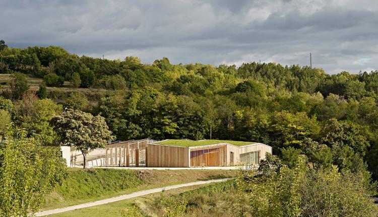 Khu trung tâm này được bao phủ trong gỗ thông với mái nhà phủ cây xanh theo hình zig-zag.
