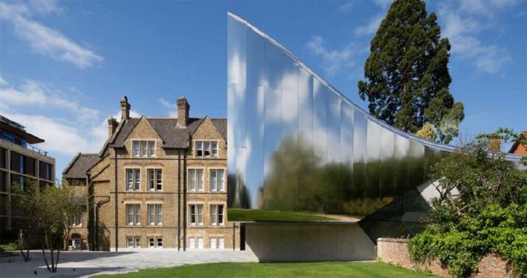 Kiến trúc hiện đại mang lại sự cân bằng cho các tòa nhà với những đường nét cổ xưa của trường Oxford.