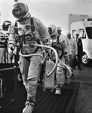 Phi hành gia Young và Grimsson đang đi lên thanh máy đưa họ lên tàu Gemini có người lái đầu tiên.