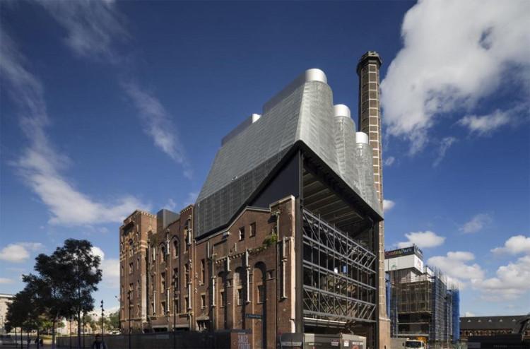 Những tòa tháp bằng kẽm tương phản đẹp mắt với màu gạch đỏ cũ của nhà máy bia.