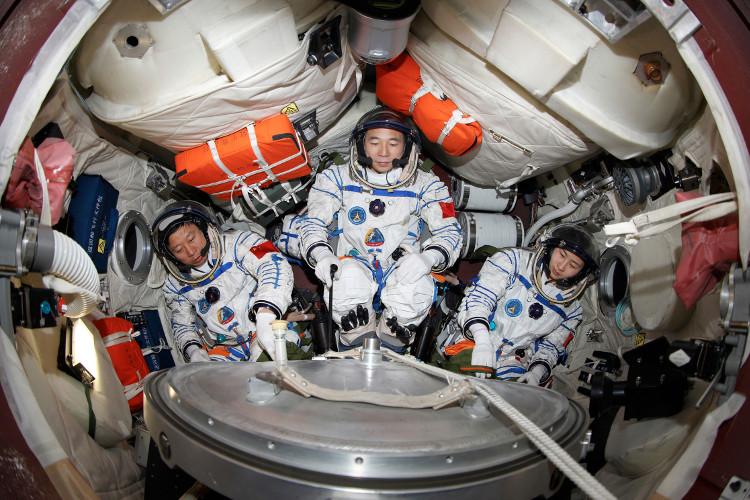 Ba phi hành gia Trung Quốc trong Thiên Cung 1 hồi tháng 6/2013.