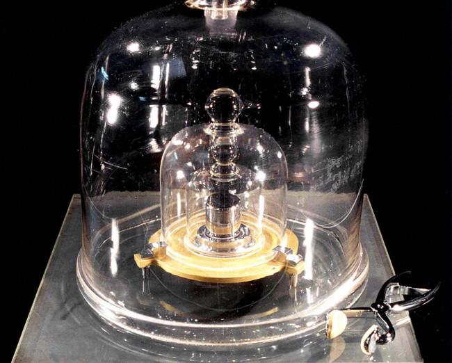 Quả cân mẫu chuẩn một kilogram làm bằng bạch kim đặt tại Paris, Pháp.