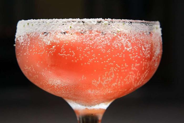 Cơ thể hấp thụ đồ uống pha trộn với cacbonaat nhanh hơn là một ly rượu.