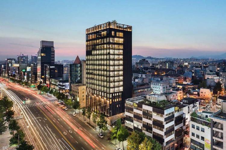 Shinsegae International là tòa nhà 15 tầng với khu vườn tuyệt đẹp trên mái.