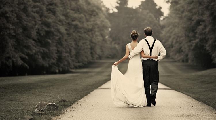 Ngay sau đám cưới, Shermer và vợ mới cưới nghe thấy một bản tình ca văng vẳng từ chiếc radio của người ông đã mất. (