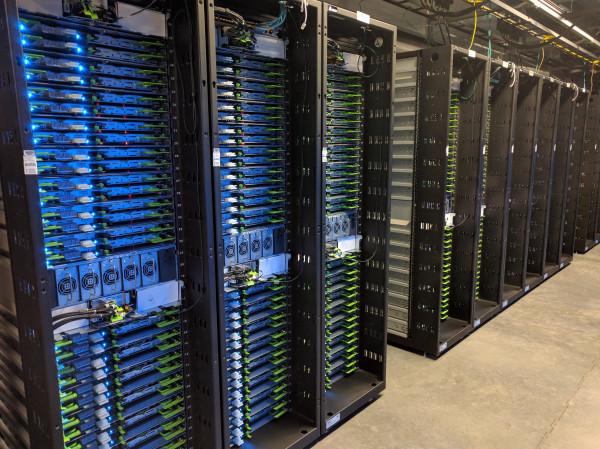 Một cái kệ như thế này có thể chứa 2 petabyte dữ liệu, tức là hơn 2000 TB, khoảng hơn chục triệu tấm ảnh.