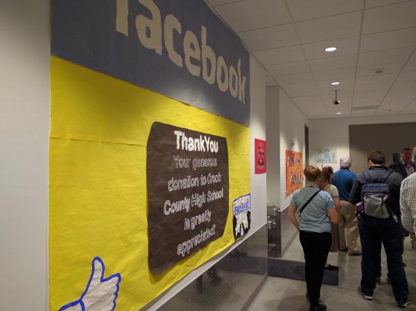Một tấm vải ghi chữ cảm ơn gửi từ một trường học gần đó về khoản tiền đóng góp của Facebook.