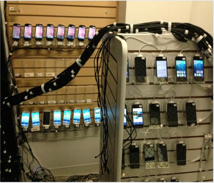 Mỗi kệ chứa được khoảng 100 cái điện thoại.