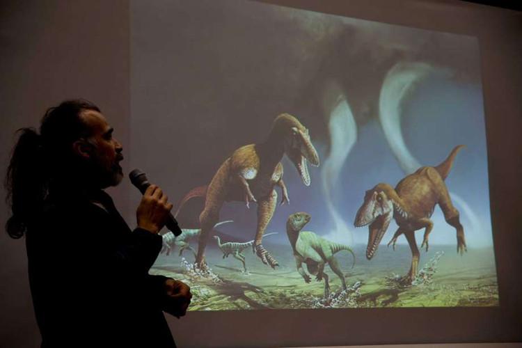 Nhà khảo cổ học Sebastián Apesteguía công bố hình ảnh loài khủng long mới phát hiện.