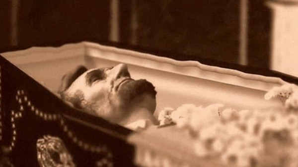 Thi hài của Tổng thống Abraham Lincoln  36 năm sau cái chết của Tổng thống Lincoln, có tới 23 người đã tới lăng mộ của ông sau khi nghe lời đồn rằng thi hài của ông không còn nằm trong quan tài nữa.