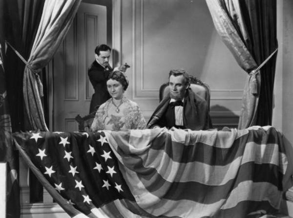 John Wilkes Booth ám sát tổng thống Abraham Lincoln trong rạp hát vào năm 1865