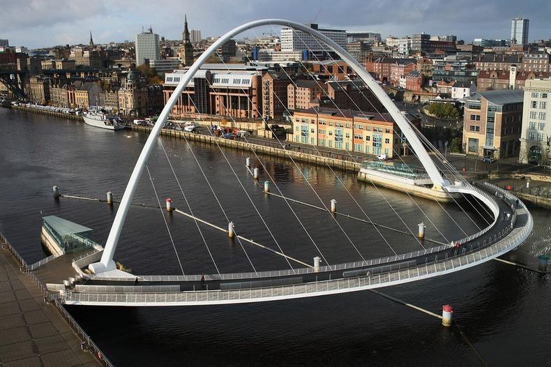 Cầu Gateshead Millennium bắc qua sông Tyne.
