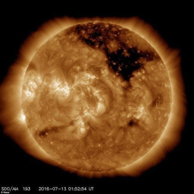 Những hố đen kia là lỗ Coronal, xuất hiện khi từ trường Mặt Trời thoát ra ngoài khí quyển