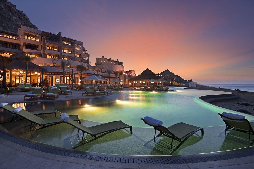 Từ bể bơi vô cực của resort, du khách có thể chiêm ngưỡng cảnh trời biển bao la, và nếu may mắn bạn sẽ nhìn thấy cá voi lưng gù hay cá heo
