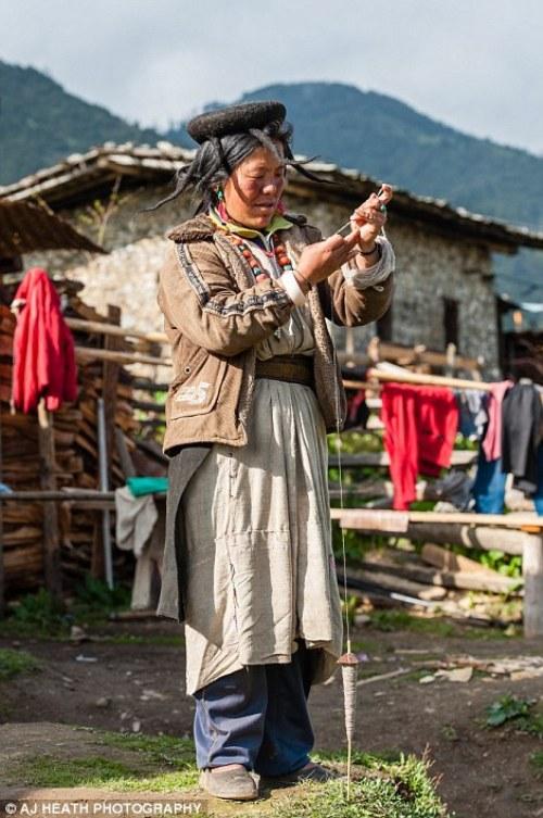 Một trong những phụ kiện đặc biệt của họ là chiếc mũ từ lông bò yak.