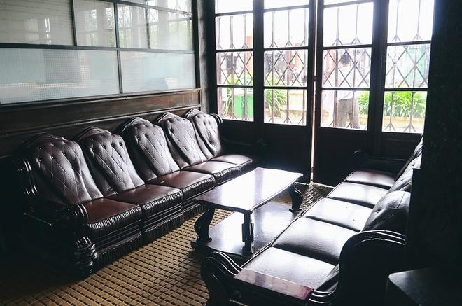 Bên trong không gian chính, những đồ dùng như bàn ghế, quầy mua vé, ... vẫn còn được giữ nguyên thiết kế ngày trước.