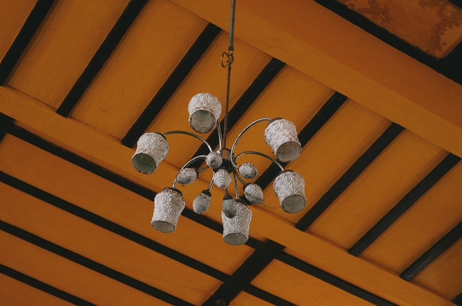 Kể cả chiếc bóng đèn vẫn còn được lưu giữ khiến không gian thêm phần cổ điển.