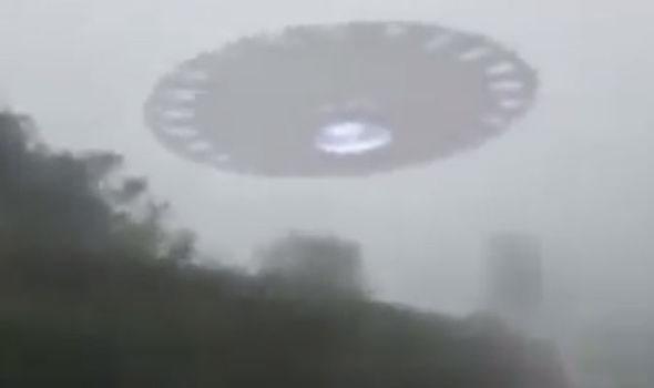 UFO bay tạt qua đầu xe ô tô.